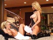 Blonde Lesben mit geilen großen Möpsen