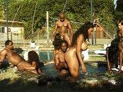 Schwarze ficken sich am Pool Anal und Vaginal