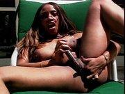 Ebony fickt sich mit dem Dildo selbst